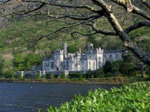 castle-by-lake_w725_h544